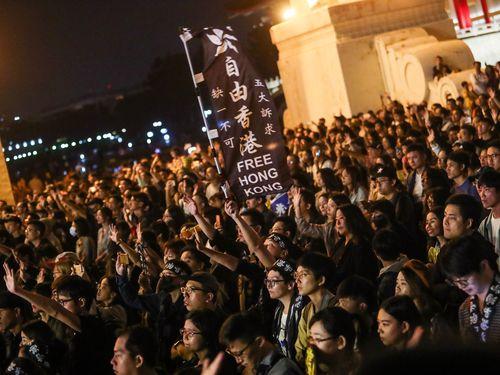 台北市内で行われた香港支援コンサートに参加した人々