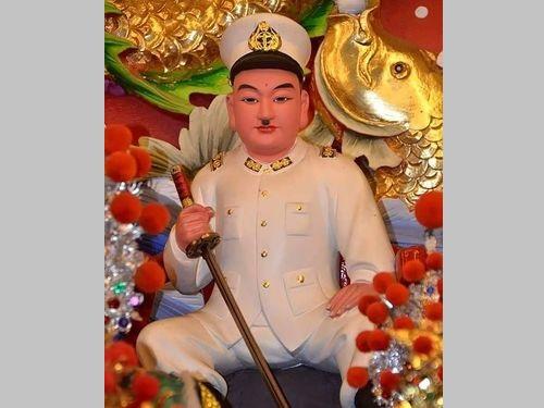 「海府大元帥」(高田又男大尉)の神像=保安堂提供