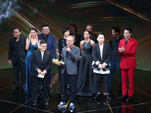「第56回ゴールデン・ホース・アワード」授賞式で5冠に輝く台湾映画「ひとつの太陽」のチョン・モンホン監督(手前)とスタッフ、キャストら