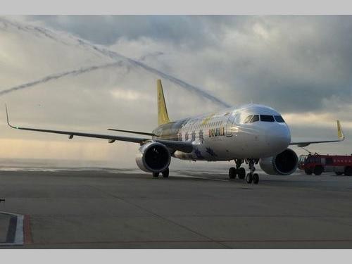 放水アーチで歓迎されるロイヤルブルネイ航空機