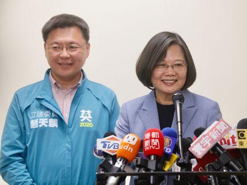 南部・高雄で取材に応じる蔡総統(右)