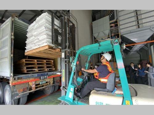 日本に向けて出荷される台湾産米