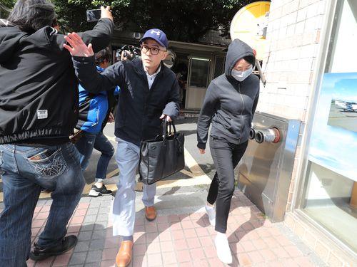台湾検察から事情聴取を受けた中国系香港企業の幹部夫婦=11月27日、台北
