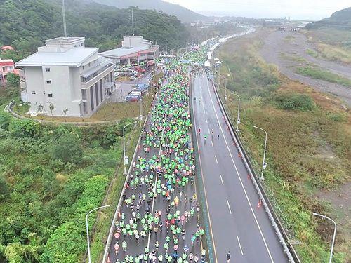 幹線道路「南回公路」の一部区間で開催されたマラソン大会の参加者ら=台東観光協会提供