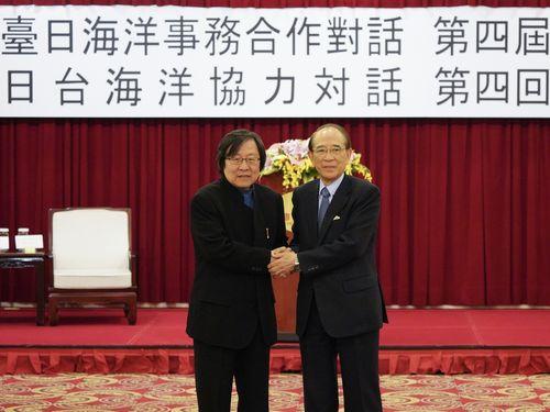 会談前、握手を交わす台湾日本関係協会の邱義仁会長(左)と日本台湾交流協会の大橋光夫会長