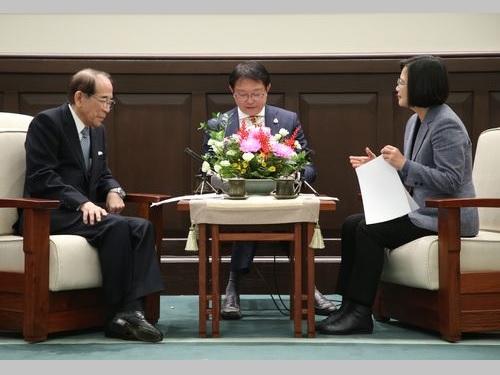日本台湾交流協会の大橋会長(左)と面会する蔡総統