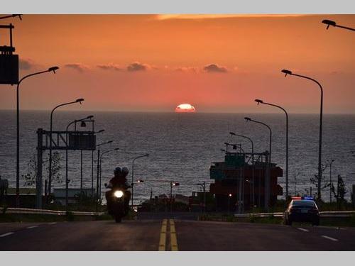 水平線に落ちる夕日が拝める「台61線」の通霄区間=張文煥さん提供
