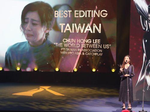 受賞のあいさつをする公共テレビ国際部の林旻萱氏
