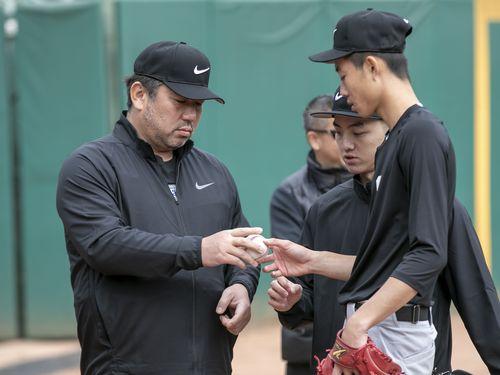 台湾の球児を指導する野茂氏(左)=ナイキ提供