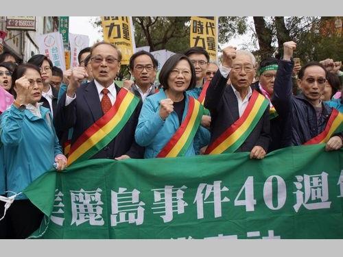 デモに参加した蔡総統(手前右から3人目)