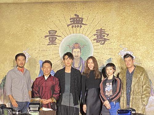 クー・チェンドン(左3)ら台湾ドラマ「乩身」の主要キャスト。左端はライ・ジュンユー監督