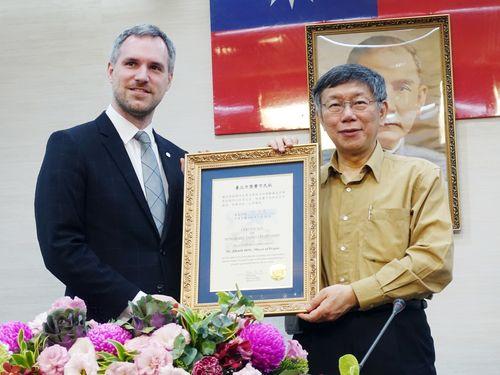 柯文哲台北市長(右)から名誉市民状を贈られるプラハ市長のズデニェク・フジブ氏=2019年3月28日、台北