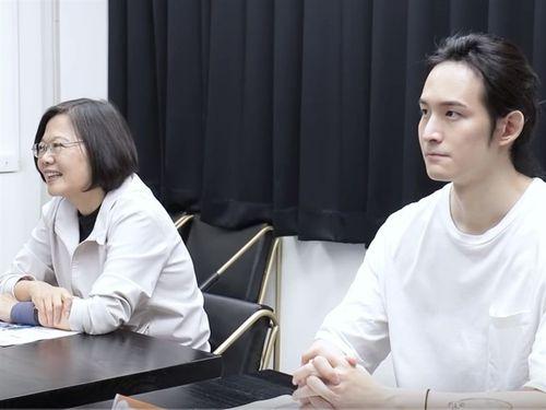 台湾のYouTuber、波特王(右)と共演した蔡英文総統=波特王の公式You Tubeチャンネルより
