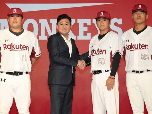楽天モンキーズの監督を務める曽豪駒氏(右2)と握手する楽天の三木谷浩史氏