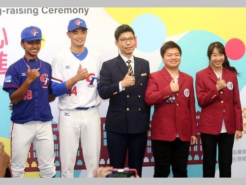国旗掲揚式で国歌斉唱をリードする(左から)余謙さん、陳柏毓さん、家畜防疫官の徐萬徳さん、交換留学生の周家佑さん、李艾馨さん