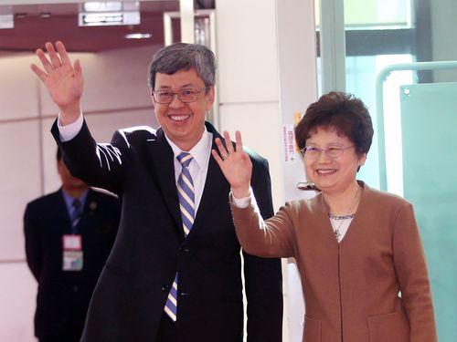 見送りに来た各国の大使らに手を振る陳副総統夫妻