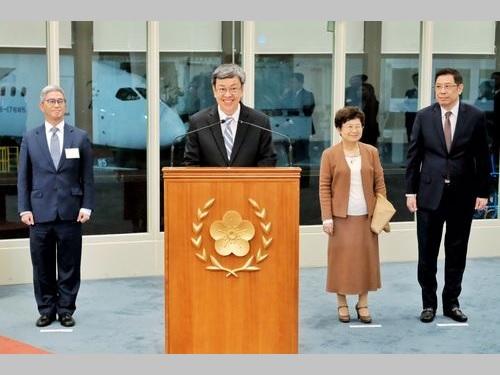 外遊を終えて帰国し、桃園国際空港で談話を発表する陳副総統