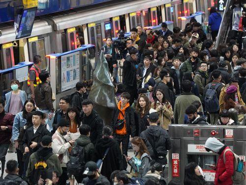 年越しイベントの参加者らで混雑する台北メトロ市政府駅のホーム