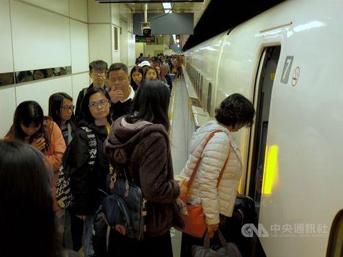 帰省客で込む台湾高速鉄道の台北駅=1月10日撮影