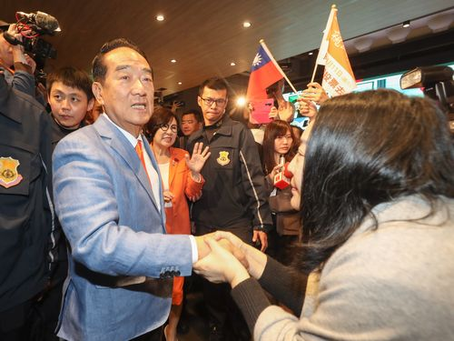 支持者の女性と握手をする宋氏
