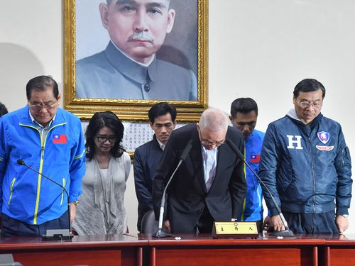 支持者に謝罪する呉・国民党主席(手前右から2人目)