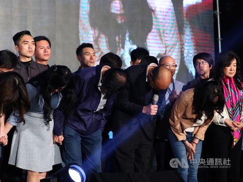 支持者に謝罪する韓氏(前列右から2人目)
