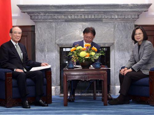 日本台湾交流協会の大橋光夫会長(左)と面会する蔡英文総統