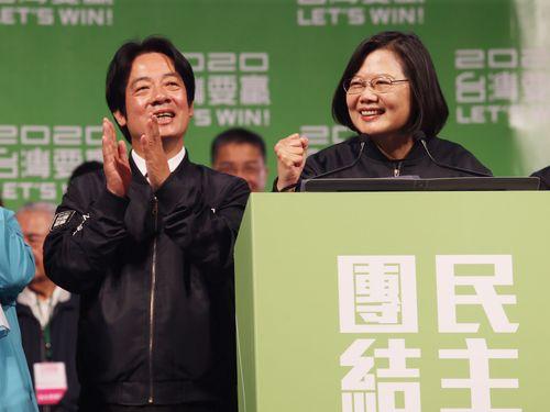 再選を決めて喜ぶ蔡英文総統(右)