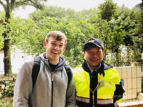 台湾の警察とツーショットを撮る米政治学者のカーリス・テンプルマン氏=テンプルマン氏提供