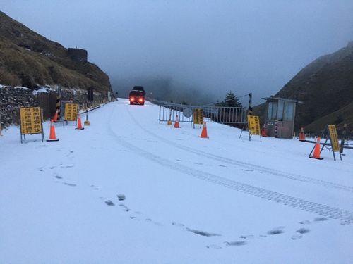 合歓山で13日午前、積雪10センチ観測
