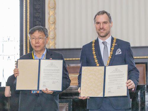 柯台北市長(左)とプラハのフジブ市長=台北市政府提供