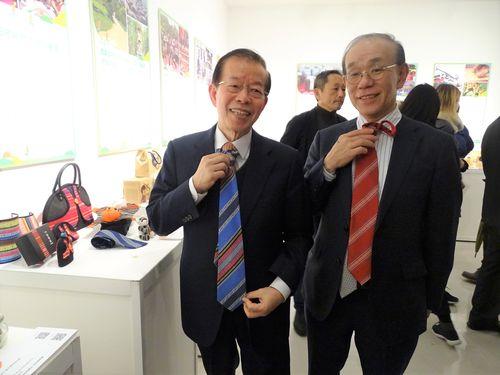 「台湾地方創生展」を見学する謝長廷駐日代表(左)と日本台湾交流協会の谷崎泰明理事長