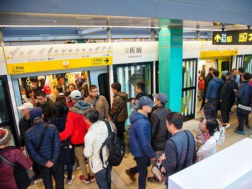 台北メトロ環状線の試乗会に参加する人々