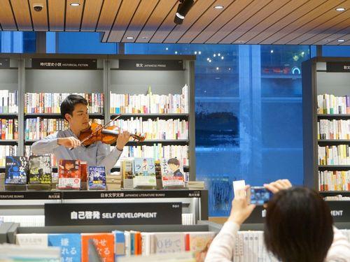 誠品生活日本橋でサプライズで演奏を披露したリチャード・リンさん=NSO提供