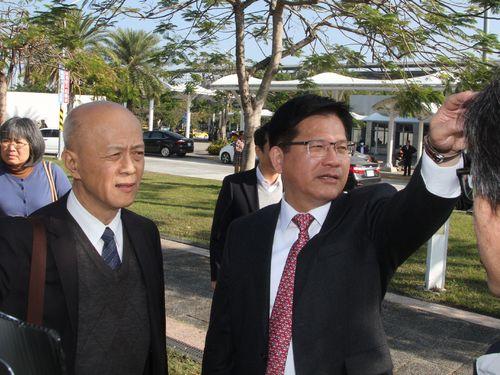 新幹線「0系」の展示予定地を視察する林交通部長(右)