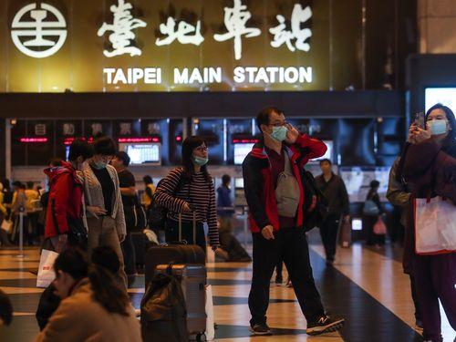 マスク姿の人が目立つ台北駅1階のコンコース