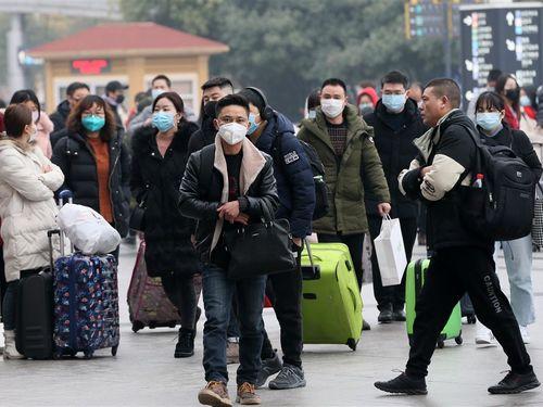 中国・武漢の漢口駅付近でマスクをして歩く人々=22日撮影(中国新聞社提供)