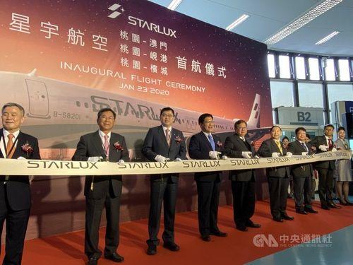 桃園空港で行われた星宇航空の就航セレモニーでテープカットをする同航空張国イ董事長(左3)ら。