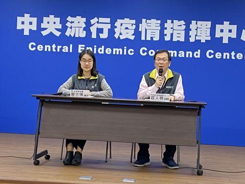 4人目の感染者について説明をする疾病管制署の荘人祥副署長(右)