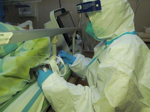武漢大学中南医院で新型コロナウイルスによる肺炎の患者の治療にあたる光景(中国新聞社提供)