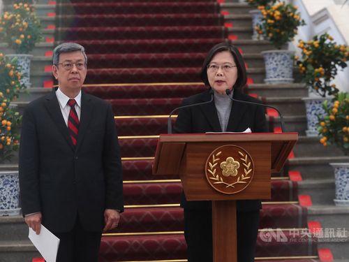30日午後、総統府(台北市)で新型コロナウイルスによる肺炎の感染拡大に関して談話を発表する蔡英文総統(右)