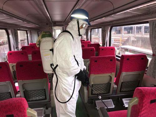 台湾鉄道の車内を消毒する作業員=台鉄提供