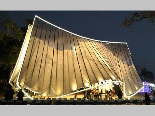 画家の新山拓さんが制作に参加した大型作品「観山入林」=台中市政府提供