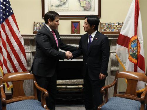 ルビオ米上院議員(左)と握手をする頼次期副総統=ルビオ氏のツイッターから