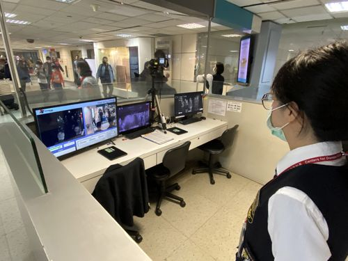 サーモグラフィーによる体温の検査が行われる桃園国際空港