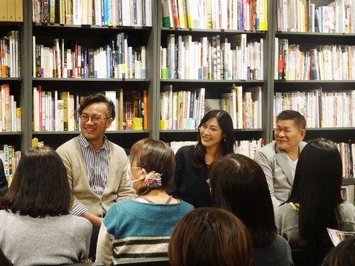 東京都内でのPRイベントに臨むポン・チャチャ(右)やツン・フェイチェン(左)ら=文化部提供
