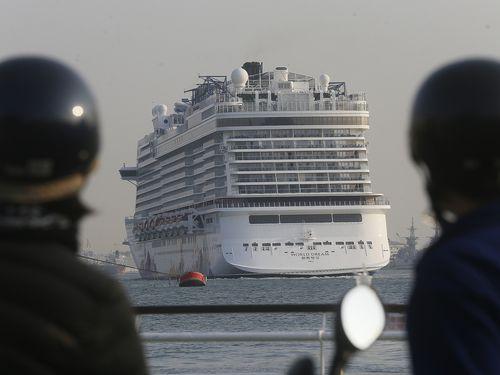 クルーズ船「ワールド・ドリーム」=2月4日、高雄港