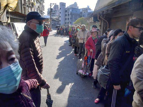 薬局の前にできる、マスクを求める客の長い列