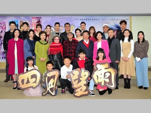 記者会見に参加するドラマ「四月望雨」のリン・フーディー監督(2列目左5)と主要キャスト。同左2は大久保麻梨子=台湾テレビ提供