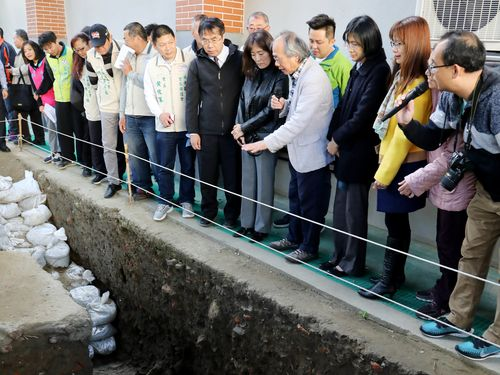 台湾最古の都「大員」の遺構を視察する黄台南市長(手前右7)=同市政府提供